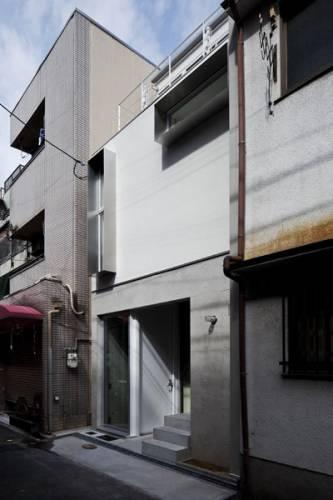 фасад будівлі та сусідні будинки